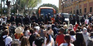 Civiles lanzan huevos y otros objetos a oficiales de la Guardia Nacional en Buenavista