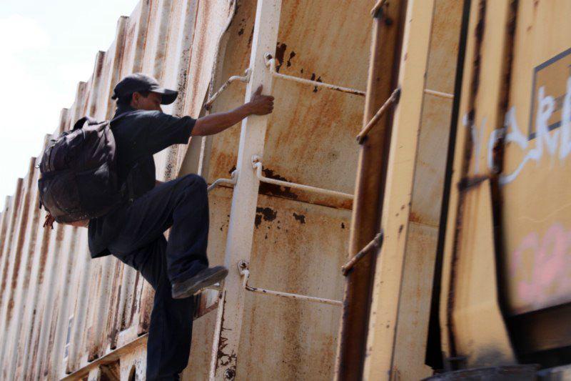 Trampa o andar Trampa, es el nombre con que se les conoce a los migrantes por parte de los pandilleros aledaños a las vías, ya que se les ve saltando al tren, o de vagón en vagón. Foto: Vanessa García.