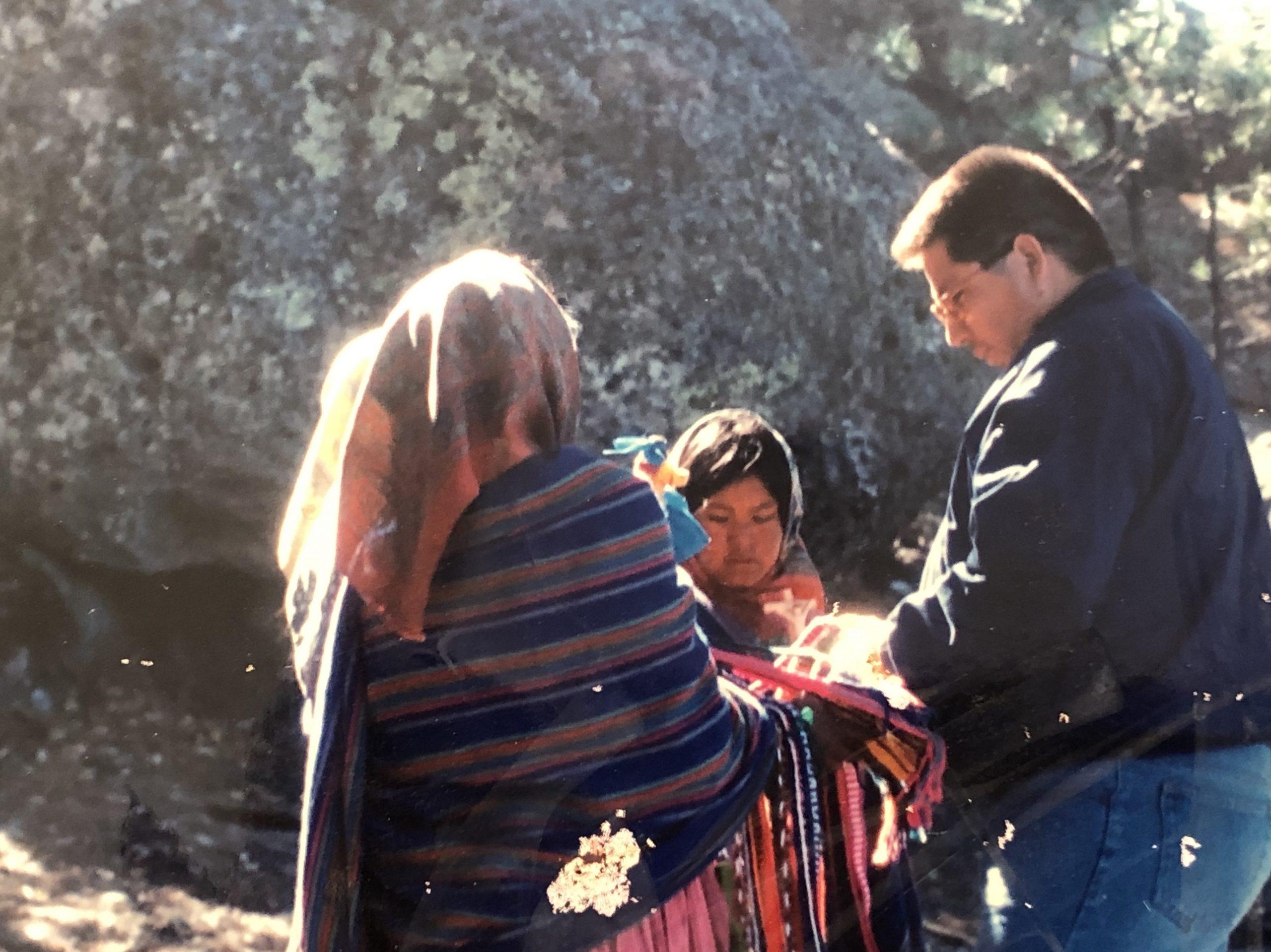 Pie: Javier reporteando en la sierra de Chihuahua