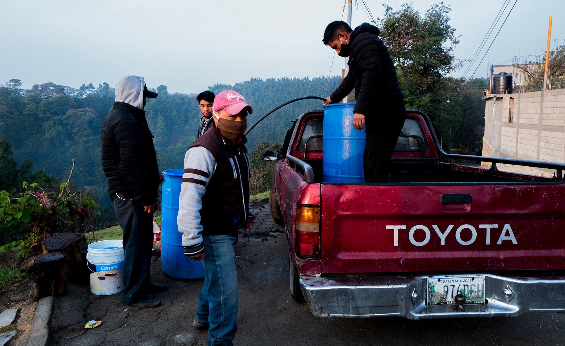 """Oficiales en el pueblo de Tecpán, en el departamento de Chimaltenango establecieron un """"cordón sanitario"""" para limitar acceso y viajes a un pueblo afectado por Covid-19. Foto Morena Pérez Joachin."""