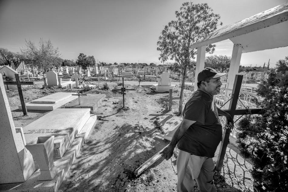Apolinar Pérez, el único sepulturero del panteón municipal 2 de Torreón, enterró decenas de cuerpos no identificados en la fosa común, en el periodo de más violencia en esa ciudad. Quizá entre ellos, el cuerpo de Cosme Humberto Alarcón.