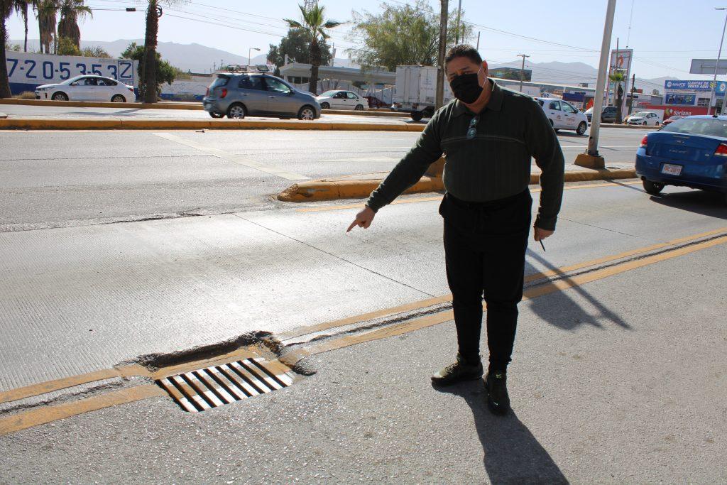 Gerardo Espino señalando una alcantarilla dañada en carril confinado del Metrobús Laguna Red es Poder