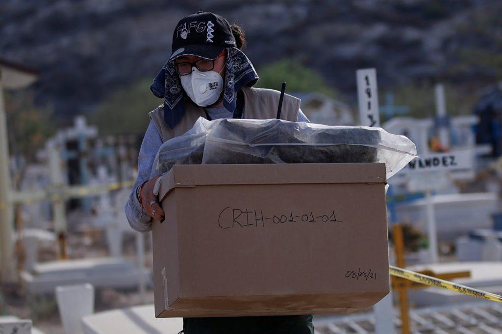 Un total de 148 cuerpos fueron exhumados del 18 al 26 de marzo en el Panteón 2 de Torreón; empieza la tarea de identificarlos. Se suman a 887 más que están pendientes. Crédito: gobierno del estado. red es poder