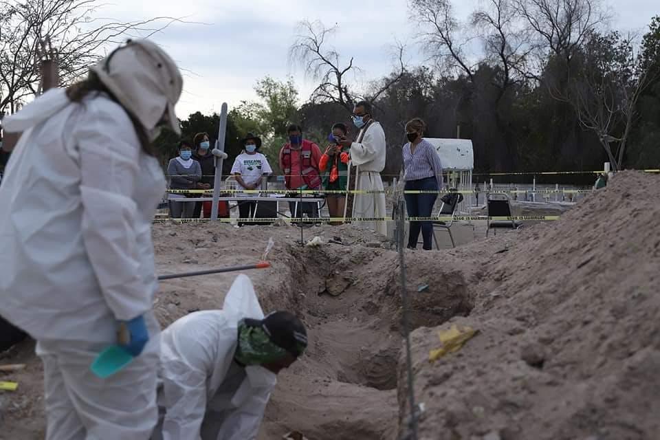 Familias rezan en Torreón mientras se lleva a cabo la exhumación de cuerpos. Crédito: gobierno del estado. red es poder