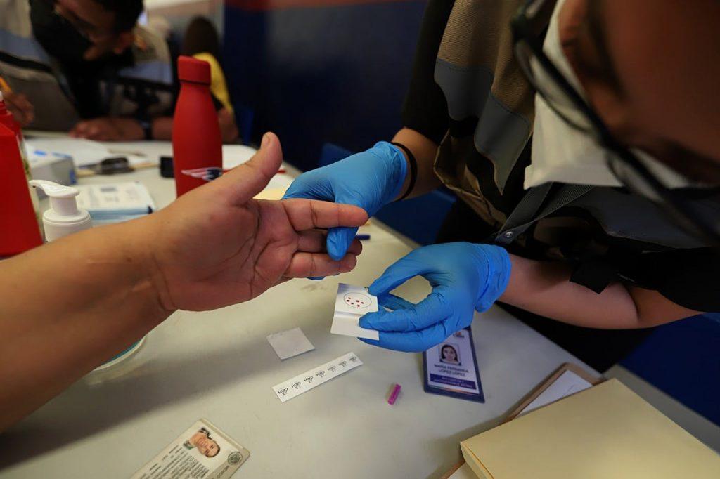 En Torreón se instaló un módulo para tomar muestras de ADN y aplicar el cuestionario AM para fines de identificación; fueron 298 las muestras recabadas, pero cada cuerpo requiere al menos 4. Crédito: gobierno del estado. red es poder