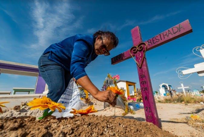 Blanca visita la tumba de su hija Diana.