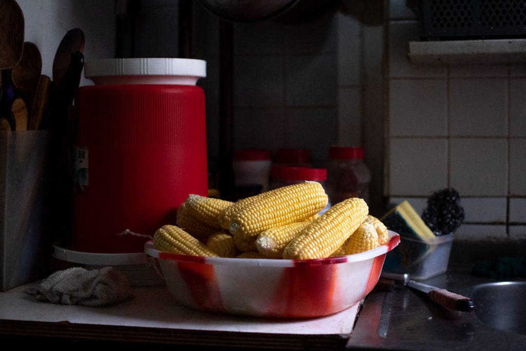 María Moro cuidaba a sus hijos y vendía botanas mexicanas en la esquina de su casa. Desde su fallecimiento, es Antonio quien se ocupa de seguir preparando y vendiendo los tradicionales elotes.
