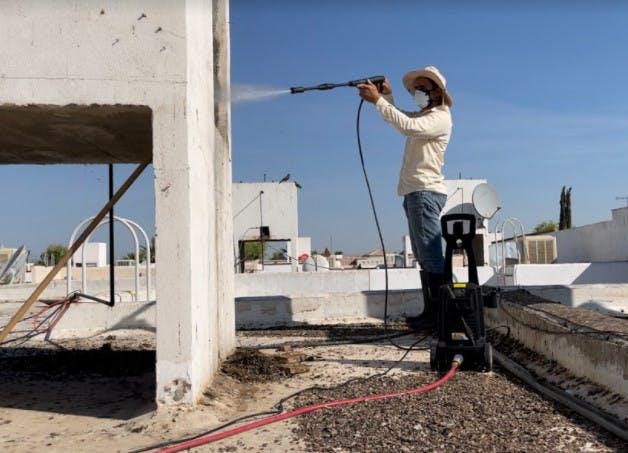 """""""El exterminador"""", José Guajardo, no solo instala dispositivos anti-aves, sino que también lava y desinfecta la zona donde anidan las palomas."""