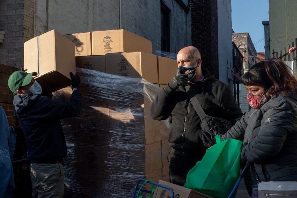 Pedro y Hicham, voluntarios de la iglesia luterana de El Buen Pastor, ayudan en la entrega de despensas para familias en Bay Ridge, Brooklyn.