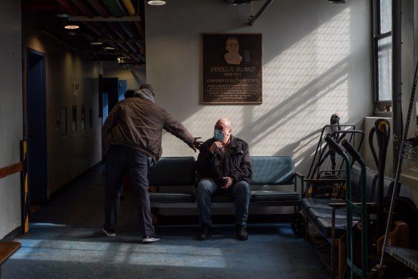 Pedro Rodríguez es saludado por uno de sus colaboradores de La Jornada. Rodríguez, quien ha dedicado su retiro a trabajar en bancos de alimentos desde hace más de una década, abrió las puertas de La Jornada el mismo día que la ciudad de NY entró en cuarentena.
