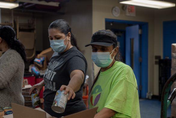 Voluntarias de La Jornada empaquetan las despensas secas. La organización reparte comida a casi 10 mil personas cada semana y distribuye en 17 puntos de Queens, uno de los barrios más golpeados por la pandemia.