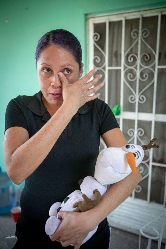 La madre de María Milagros guarda al muñeco Olaf, el preferido de su hija asesinada. Foto: Iván Gutiérrez.