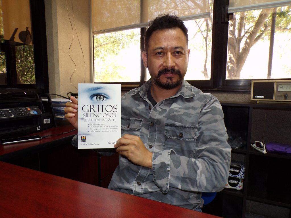 """Jesús Acevedo Alemán, director de la Facultad de Trabajo Social de la Universidad Autónoma de Coahuila (UAdeC) y autor del libro """"Gritos silenciosos. El suicidio infantil""""."""