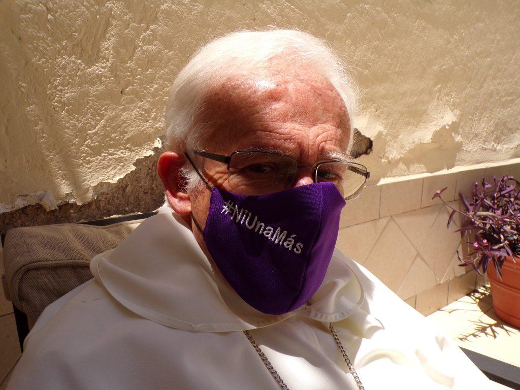 Raúl Vera López, obispo emérito de Saltillo, recordando el caso Castaños mientras porta un cubrebocas en defensa de las mujeres.