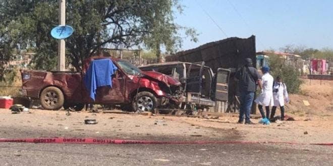Así quedó la unidad en la que murieron 6 trabajadores del campo y 19 resultaron lesionados tras ser impactada por una pick up roja. Foto especial.