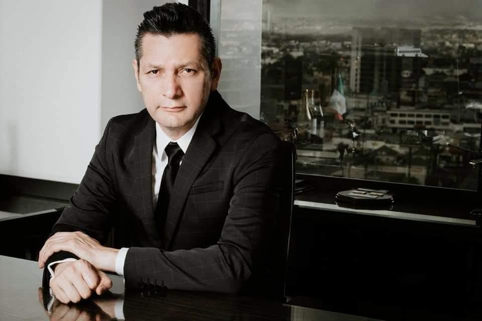 El abogado fiscalista, Adolfo Solís Farías, advirtió sobre posible operación fachada en adjudicación directa de contratos.