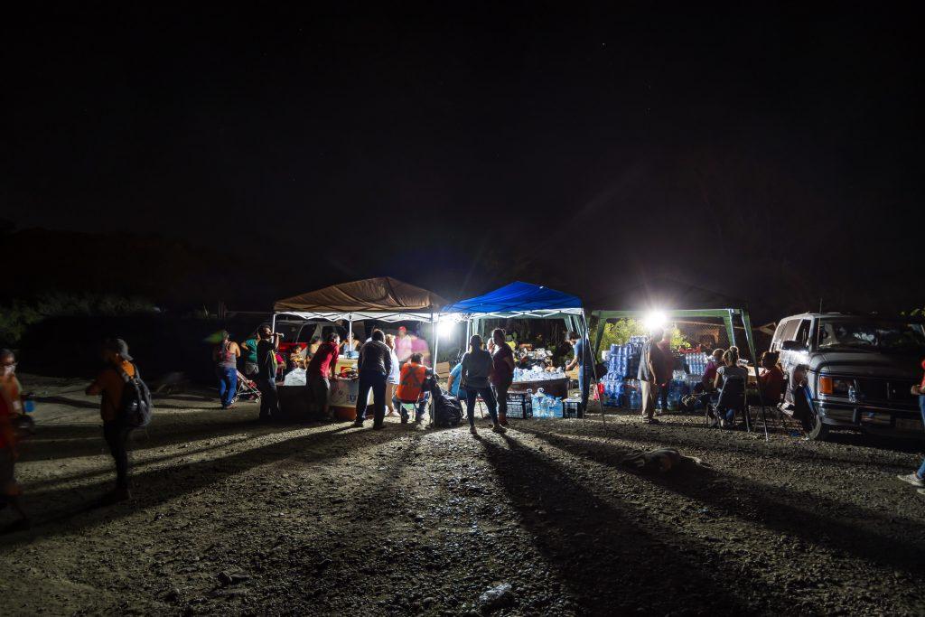Momentos de espera durante la madrugada. Familiares pasaron noches en vela, únicos momentos de descanso frente a las altas temperaturas que, ante la lluvia, sofocaban a quienes aguardaban. Foto: Omar Saucedo / Vanguardia
