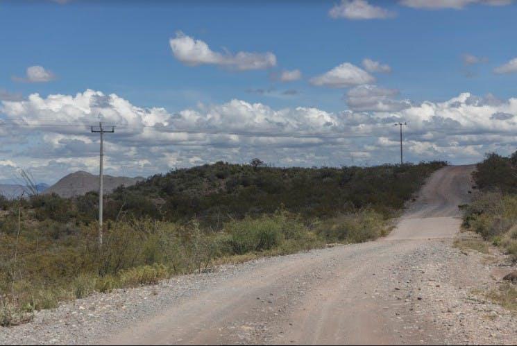 Sin pavimentar ni indicaciones claras. Así es el camino principal que conecta la carretera de General Cepeda con el sitio arqueológico más importante de Coahuila. El pavimento y la mano de obra para arreglar el camino costaría 120 millones de pesos, según el ayuntamiento, pero no cuentan con ese presupuesto. Foto: Omar Saucedo / Vanguardia